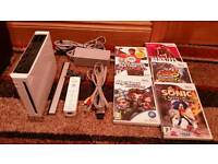 NINTENDO WII CONSOLE WHITE (MODEL NO. RVL-001) COMPLETE WITH ALL LEADS, CONTROLLER & 5 GAMES