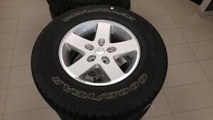 *** NEUF*** 4 jantes (mags) d'origine et 4 pneus Goodyear Wrangler SR-A 255/75/17 pour Jeep Wrangler
