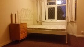 * LARGE EN SUITE ROOM TO RENT* MILL R0AD AREA, BILLS INCLUDED