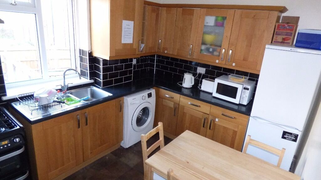 ** ALL BILLS INCLUDED ** HUGE ROOM AVAILABLE BANG IN POPLAR E14