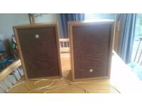 2 retro speakers good condition. Wood surround. Cloth fronts. Sanyo