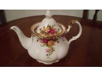 Royal Albert Teapot 'Country Roses' in Excellent condition