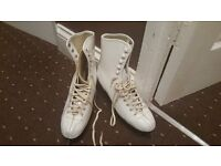 ICE SKATES IN GOOD CONDITION SIZE 6