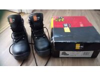 Men nearly new safety working boots size 7