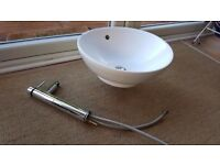 Round sink basin and mixer tap