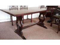 Hardwood Dinning Table & 6 Chairs (2 x Carvers + 4 Chairs)