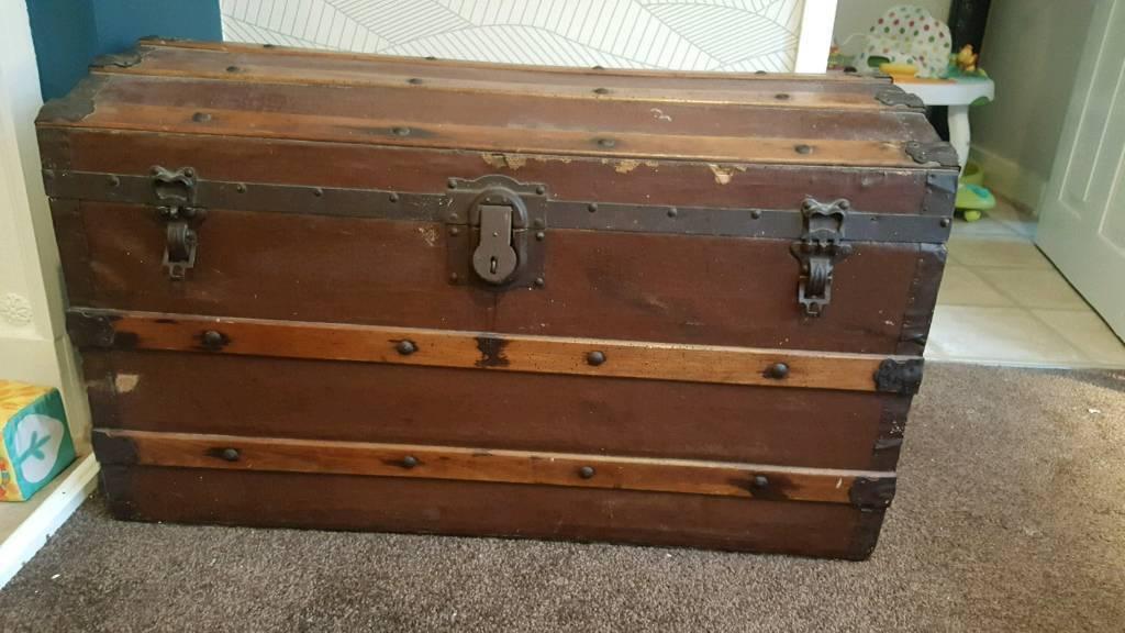 Large vintage storage chest/ trunk