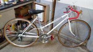 Vélo de course lancer blanc 10 vitesses roues 27po cadre 20po