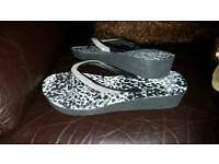 Sandel/flip flops.