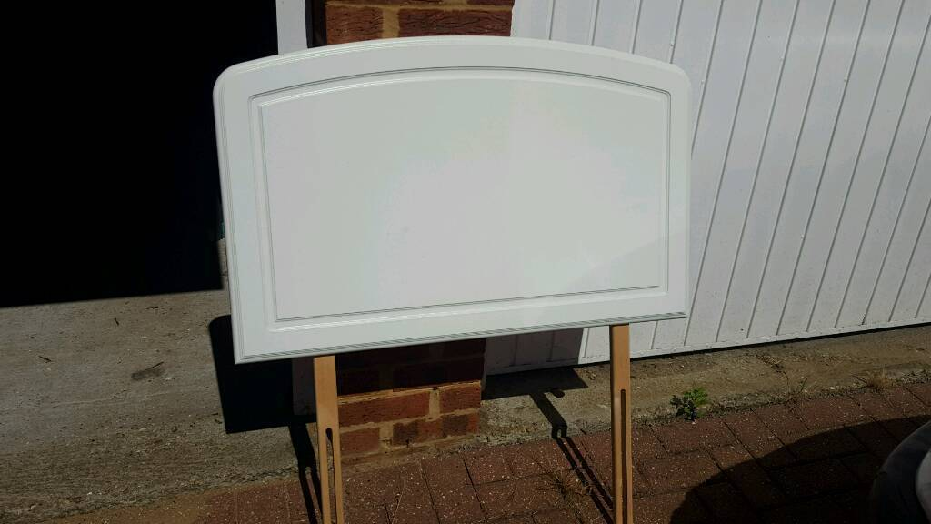 Single, solild, white headboardin Chislehurst, LondonGumtree - Single white wooden headboard. Good quality, solid headboard. No marks and includes fittings to bed