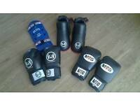 2 PAIRS OF BOXING GLOVES 1 SET OF KNEEPADS AND 1 PAIR OF FEET PROTECTORS