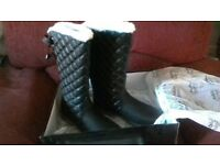 LADIES BLACK SNOW BOOTS SIZE 7. BRAND NEW. IN BOX. IDEAL GIFT. £12.