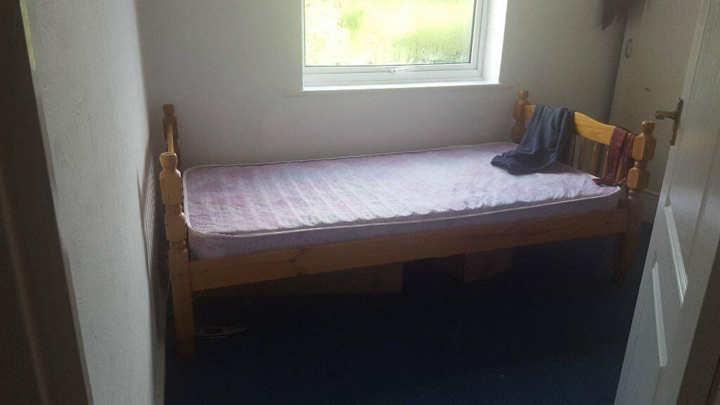 Single bedroom in a 2 bedroom flat. Mon to Fri lets only. 300 pcm including all bills