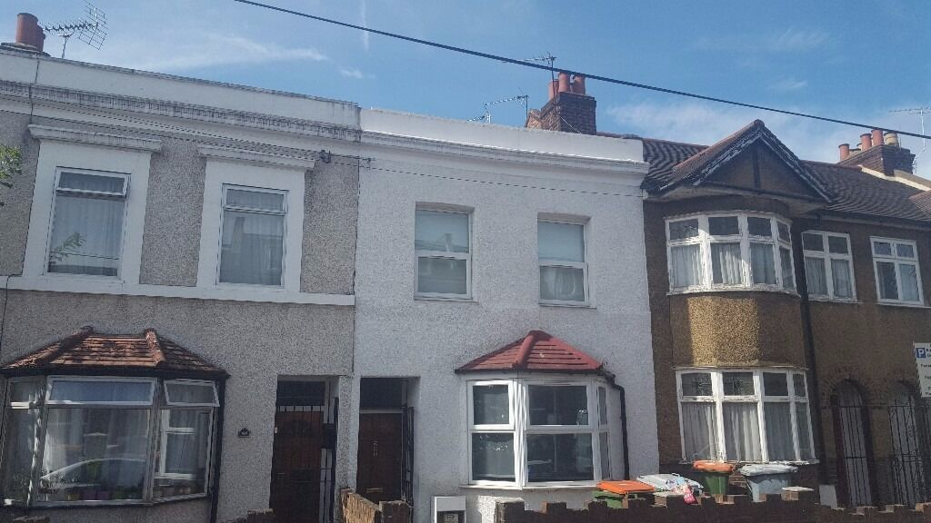 Amazing spacious five bedroom two bathrooms house in Stratford, E15