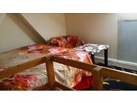 Double room . Y share ? In a clean house. Dss welcomed .fast wifi. Washing machine.