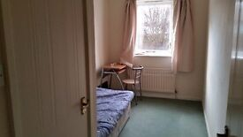 double room in Sutton (sutton common road near station) to-let single or couple