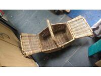 Wicker picnic basket, classic