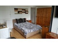 Lovely Double Room with Balcony to Rent ins Shared House in Tildesley Road, Putney SW15.