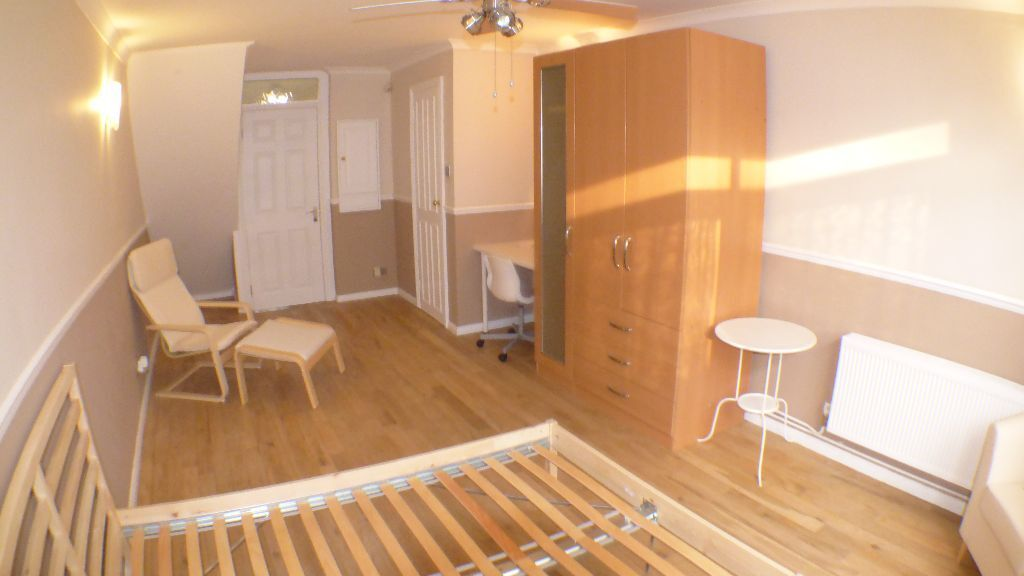 **DOUBLE ROOM**BOW**PRIVATE GARDEN**PRIVATE ACCESS**
