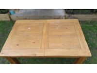 Solid Oak extendable Dining Table - Good condition
