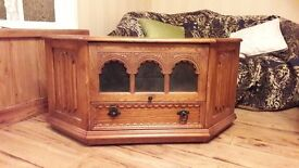 Light/Medium antique style solid Oak wooden CORNER T.V. Cabinet, in excellent condition.