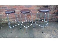 3 VINTAGE MATCHING CHROME FRAMED VINYL CUSHION STACKING BREAKFAST BAR KITCHEN WORKSHOP BAR STOOLS GC