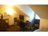 Room to rent over summer in West End Flat, 2 Minute walk to Glasgow Uni