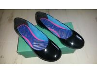 Ladies Clarks shoes, size 4D, shiney black pumps