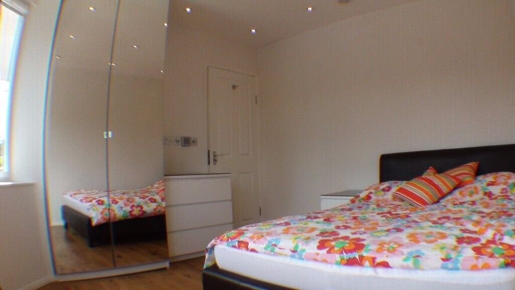 double room in modern house, 3min walk to Central line, +1 person in total share bathroom & kitchen