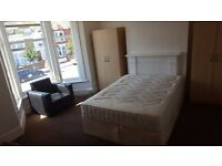 Large double room for single person. All bills included. Internet. 1 week deposit. No agency fees