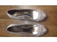 Ladies size 6 high heel shoe ivory / cream in colour.