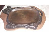 4 Cow design cast iron sizzler platter with wooden trivet