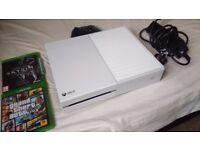 White Xbox One 500GB / With Skyrim Special Edition & GTA V