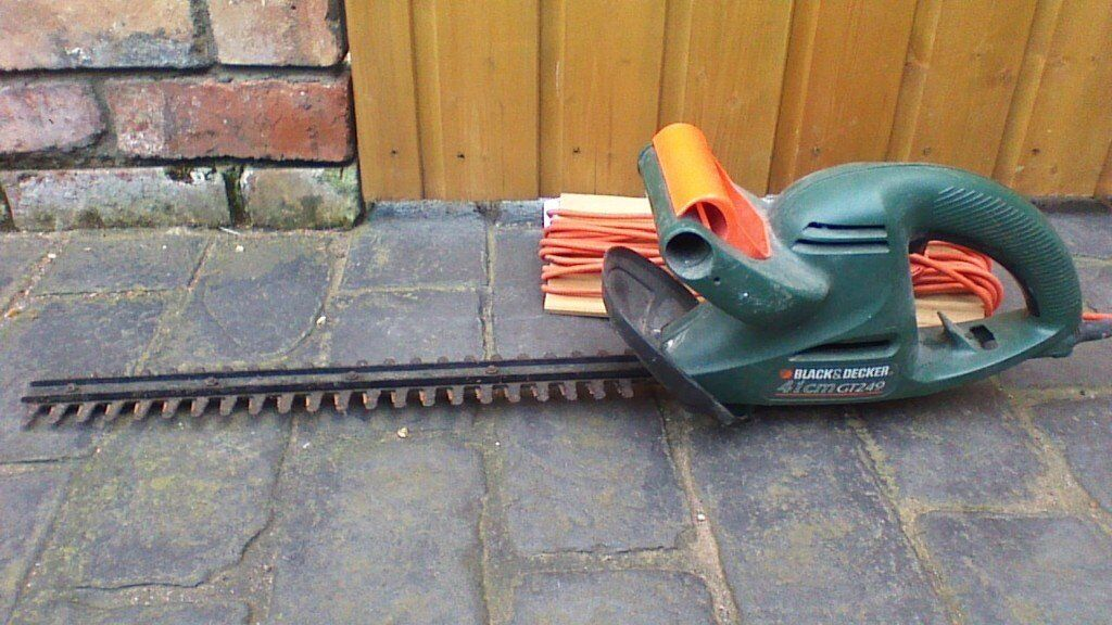 BLACK & DECKER HEDGE TRIMMER, WORKING CONDITION, CABLE INCLUDED, OTHER GARDEN ITEMS 4 SALE, SEE ADS