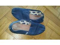 Mens Toms in navy size 7
