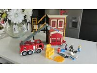 FISHER PRICE FIRE STATION & FIRE ENGINE
