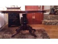 Mahogany Italian style dining table. Seats 6 people. Mahogany wood.