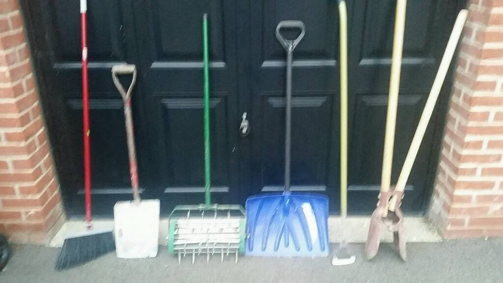 Joblot of garden tools - fencepost shovel, hoe, lawn aerator