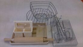 Kitchen accessories include wooden pastryroller, cutlery trays, fruit basket, mug holder, cake stand