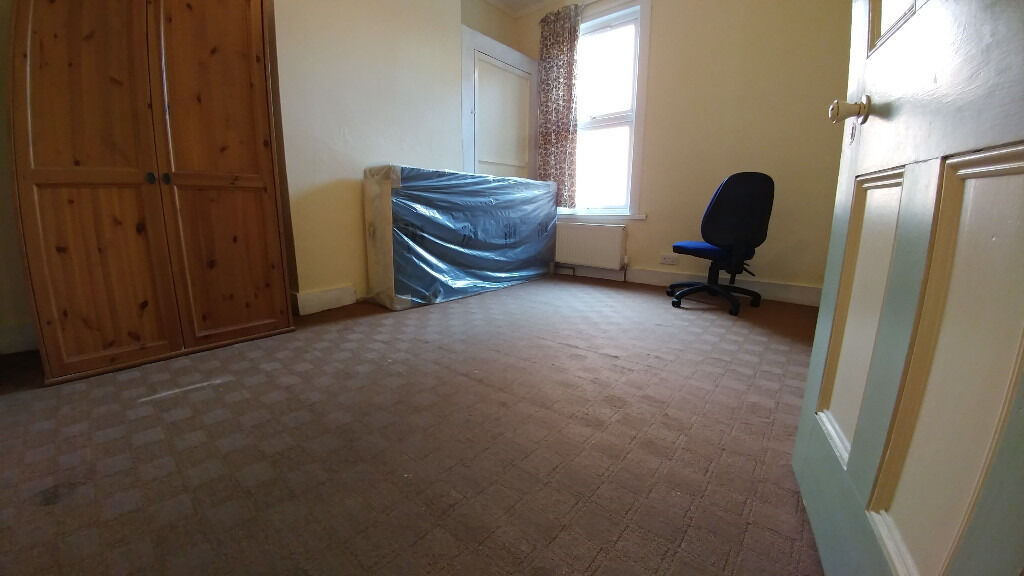 BIG Double rooms available in the same house, 2min walk from BARKING station ! ALL BILLS INCLUDED