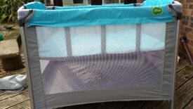 Travel cot by Oomo
