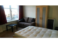 Double Room in Sunny Quiet Flat. West End.