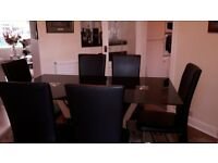 Black glass dining table with 6 six dining chairs. Very good condition.