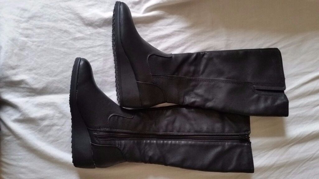 Womens boots size 4