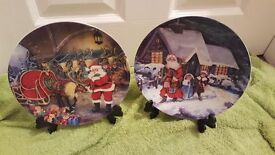 PAIR OF CHRISTMAS SANTA CLAUS DECORATIVE PLATES WITH STANDS BOXED