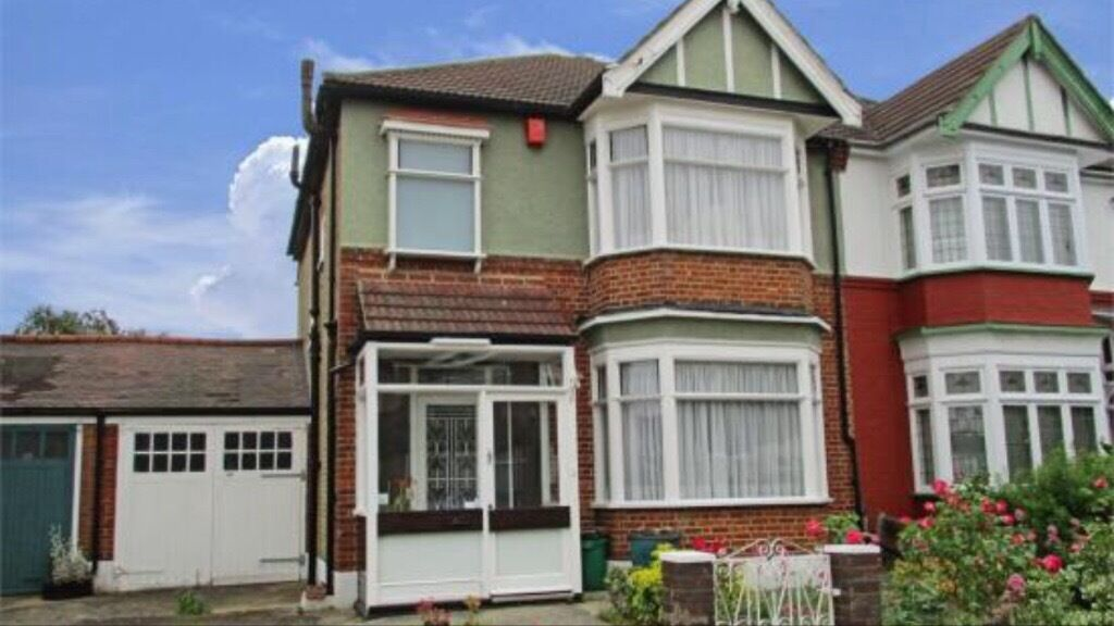 Lovely 4 double bedroom house in ilford with off street parking and garage with Large Garden