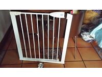 Baby safety gate.lindam