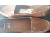 Clarks size 5 tan leather loafers