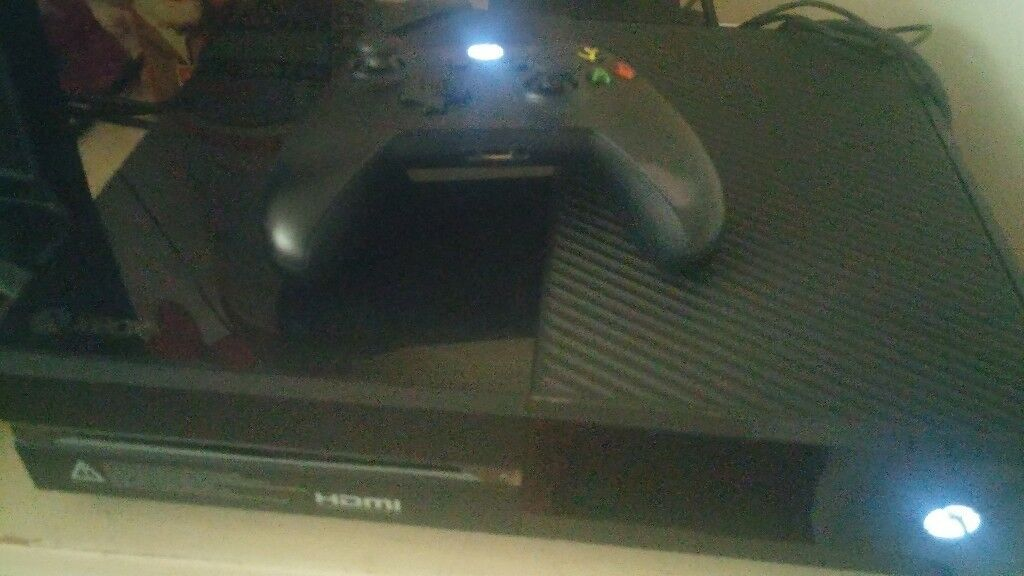 XBOX ONE WITH ONE CONTOLLER AND ALL LEADS