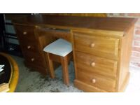 Pine solid desk/ dressing table with mirror in very good condition.